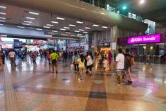 Banlieusards à un grand dépôt de transport en Kuala Lumpur Images libres de droits