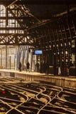 Banlieusards de attente à une gare ferroviaire Image stock