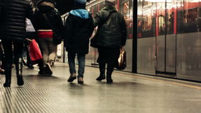 Banlieusards de Milan laissant un train de métro banque de vidéos