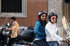 Banlieusards de scooter de Rome Italie Image libre de droits