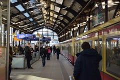 Banlieusards de train de station de Berlin S-Bahn image libre de droits