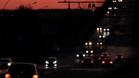 Banlieusards dessus ils chemin de la maison, voitures brouillées sur l'autoroute dans la nuit banque de vidéos