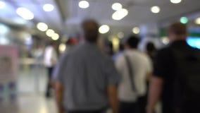 Banlieusards occupés à la porte de station marchant lentement tache floue banque de vidéos