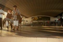 Banlieusards à une gare de Johannesburg Photo stock