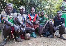 Banna人在村庄市场上 钥匙在远处, Omo谷 埃塞俄比亚 免版税库存照片