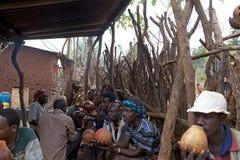 非洲人喝着 库存图片