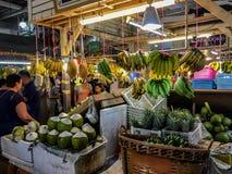 Bannanas och kokosnötter som är till salu på den Bansaan natten, marknadsför, Patong P royaltyfri foto