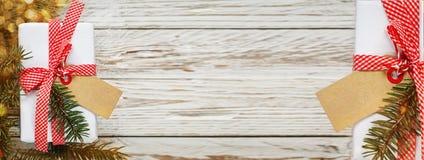 banner De doos van de vakantiegift Kerstmis huidig met markering bij witte houten lijst De ruimte van het ontwerpexemplaar stock foto's