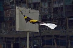 Banner die in de wind tegen een achtergrond van de glasmuur golven royalty-vrije stock fotografie