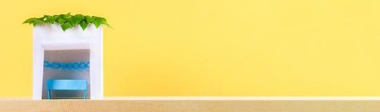 banner Gelukkige Sukkot Een hut van document wordt met bladeren op een gele achtergrond wordt behandeld gemaakt die Kopieer de ru stock fotografie