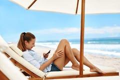 banner komunikacja jest globus telefonów komórkowych nagłówka ilustracyjną technologii Kobieta Używa telefon, Wybiera numer liczb Obrazy Royalty Free