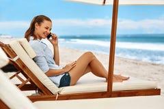 banner komunikacja jest globus telefonów komórkowych nagłówka ilustracyjną technologii telefon do kobiet plażowej brzegowej cibor Fotografia Stock