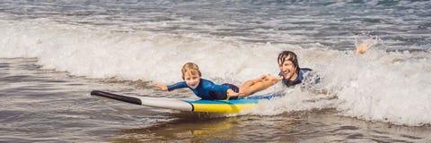 BANNER, LANGE FORMAATvader of instructeur die zijn 5 éénjarigenzoon onderwijzen hoe te in het overzees op vakantie of vakantie te royalty-vrije stock foto's