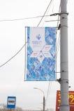 Banner op polenstraten tijdens het Paralympic-Toortsrelais dat wordt gehangen stock afbeeldingen