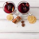 Banner van de de winter de horizontale overwogen wijn De glazen met hete rode wijn en kruiden, boom, voelden decoratie op houten  Royalty-vrije Stock Foto's