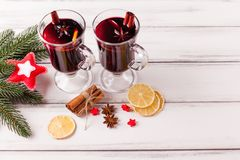 Banner van de de winter de horizontale overwogen wijn De glazen met hete rode wijn en kruiden, boom, voelden decoratie op houten  Stock Fotografie
