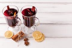 Banner van de de winter de horizontale overwogen wijn De glazen met hete rode wijn en kruiden, boom, voelden decoratie op houten  Royalty-vrije Stock Afbeelding