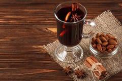 Banner van de de winter de horizontale overwogen wijn Glazen met hete rode wijn en kruiden op houten achtergrond Royalty-vrije Stock Fotografie