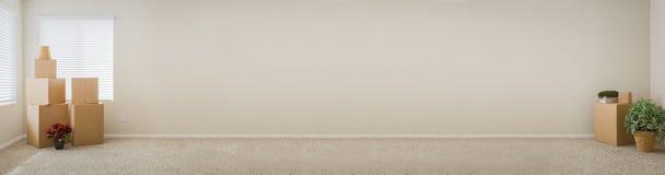 Banner van Lege Zaal met Blinde muur, Dozen en Installaties Stock Foto's