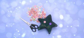 Banner Zacht met de hand gemaakt speelgoed Materialen voor artistieke knopen, schaar, stuk speelgoed ster Stock Fotografie