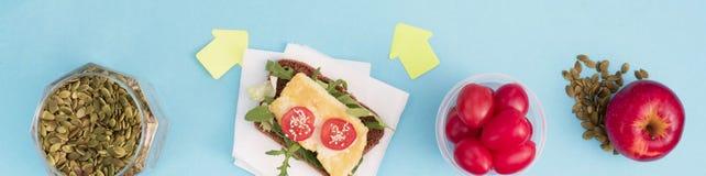 Bannerreeks nuttige producten, kersentomaat, van het de Zaden Plastic Vaatwerk van het appelfruit Witte de Bloemen Verse Salade royalty-vrije stock foto