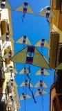 Banners in de vorm van gele vliegers tegen een heldere blauwe hemel, Reus, Spanje stock afbeeldingen