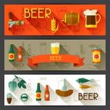 Banners met bierpictogrammen en voorwerpen in vlakke stijl Stock Afbeeldingen