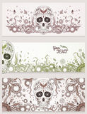 Banners van Dia de Muertos-suikerschedel met overladen op een abstracte bloemen sierachtergrond Dag van de Doden Royalty-vrije Stock Fotografie