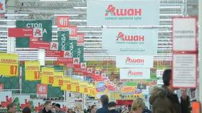 Banners, wijzers en klanten in Auchan-hypermarket, Rusland stock footage