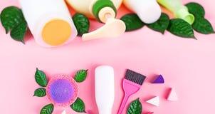 Bannerschoonheidsmiddelen voor haar en lichaamsverzorging witte flessen op een roze ruimte, selectieve nadruk van het achtergrond royalty-vrije stock foto's
