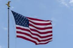Bannière étoilée de drapeau américain des Etats-Unis d'aigle d'or sur le fond de ciel image libre de droits