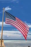 Bannière étoilée de drapeau américain des Etats-Unis sur le backgrou tropical de ciel Photo stock
