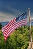 Bannière étoilée de drapeau américain des Etats-Unis sur le fond du mont McKinley Photos stock