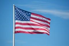 Bannière étoilée de drapeau américain soufflant dans le vent Photo libre de droits
