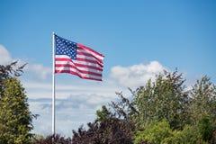 Bannière étoilée de drapeau américain soufflant dans le vent Image libre de droits