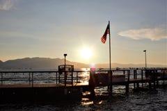 Bannière américaine volant haut au coucher du soleil photographie stock libre de droits