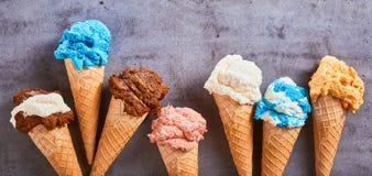 Bannière d'été avec la crème glacée assaisonnée assortie photos stock