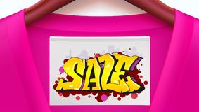 Bannière d'annonce de vente avec la chemise cramoisie Habillement avec l'étiquette accrochant sur des cintres Style de graffiti,  Images libres de droits