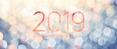 Bannière 2019 de bonne année avec la lumière jaune pâle et bleue de bokeh image libre de droits