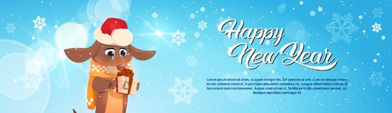 Bannière de bonne année avec le chien en Santa Hat Holding Gift Box Photographie stock libre de droits