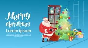 Bannière de bonne année de décoration de carte de voeux d'arbre de vert de Santa Claus Put Presents Under Christmas Images libres de droits