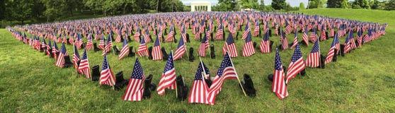 Bannière de drapeaux et de bottes de soldat tombée par Memorial Day image libre de droits