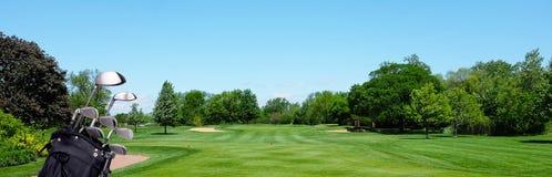 Bannière de golf : Un sac de golf avec des clubs sur un pair trois piquent la boîte image stock
