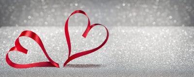 Bannière de jour du ` s de Valentine, ruban de coeurs, fond argenté Photographie stock libre de droits