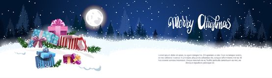 Bannière de Noël avec le concept de décoration de vacances de paysage de Forest Gift Boxes In Snow d'hiver de Nigth Image stock