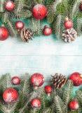 Bannière de Noël avec les décorations faites main d'arbre, rouges et blanches vertes de feutre sur le fond texturisé en bois blan Images libres de droits