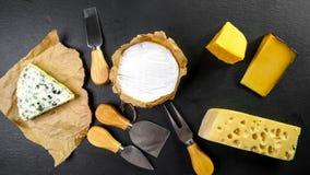 Bannière de nourriture, fromage avec le cercle bleu de rouille, de fromage de camembert ou de brie, couteau de portion de fromage photos stock