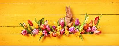 Bannière de Pâques avec un petit lapin en bois mignon images libres de droits