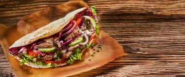 Bannière de panorama avec le chiche-kebab turc épicé de doner photo stock