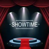 Bannière de Showtime avec le podium et le rideau illuminés par des projecteurs Photo stock